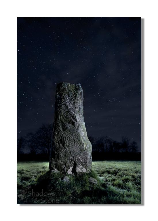The decorated pillar under the midnight sky